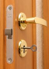 Межкомнатная дверь, полотно глухое миланский орех с замком 2014